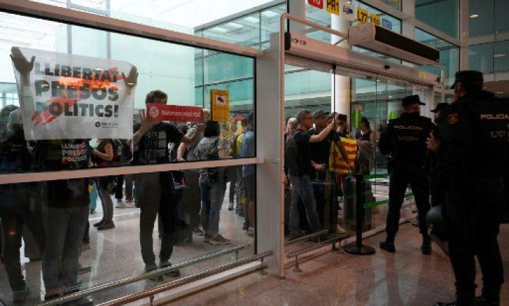 Vdes turisti francez në aeroportin e bllokuar për shkak të protestave në Barcelonë