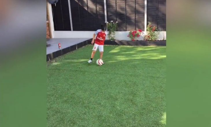 8-vjeçari i verbër nuk heq dorë nga pasioni i tij i madh për futbollin