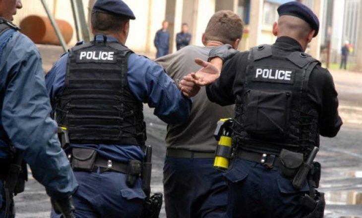 Kapen në flagrancë duke marr ryshfet, arrestohen dy zyrtarë të shtetit