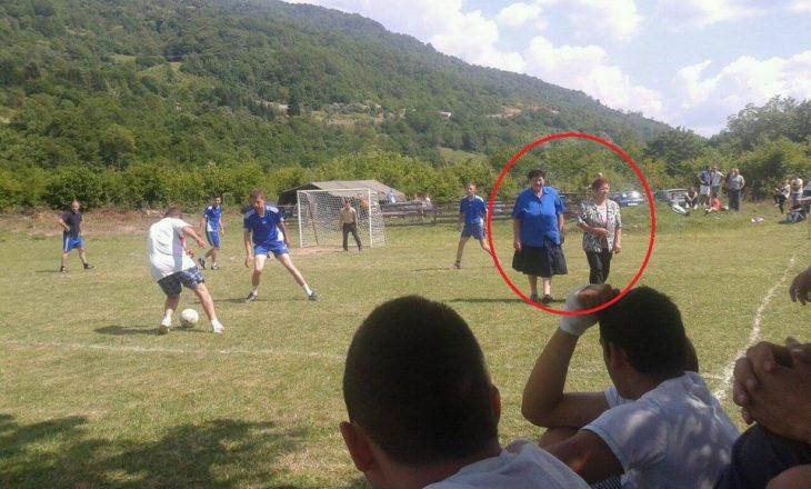 """Do të """"shkriheni"""" së qeshuri me disa nga fotot se çfarë ndodh nëpër fushat e futbollit në Ballkan"""