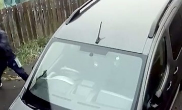 Qesharake – Mundohet të thyejë xhamin e makinës me një tullë por shikoni se çfarë ndodhë pastaj