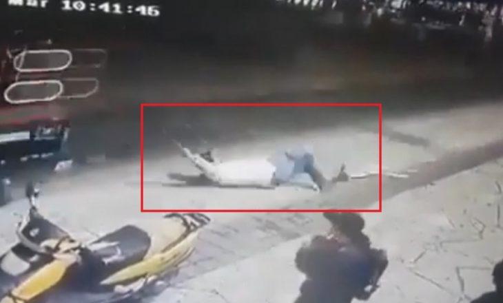 Banorët e tërheqin zvarrë me makinë kryebashkiakun në Meksikë pasi nuk i realizoi premtimet