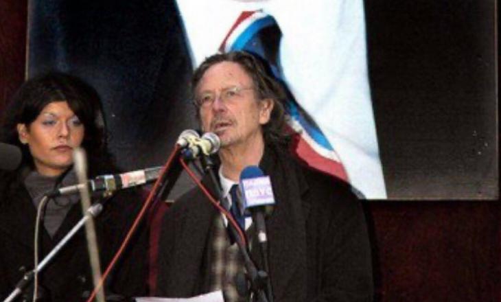 Fituesi i Çmimit Nobel për Letërsi duke mbajtur fjalim për vdekjen e Slobodan Millosheviqit