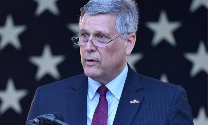 Ambasadori amerikan: Ligji për Mbrojtjen e Vlerave të Luftës minon lirinë e shprehjes
