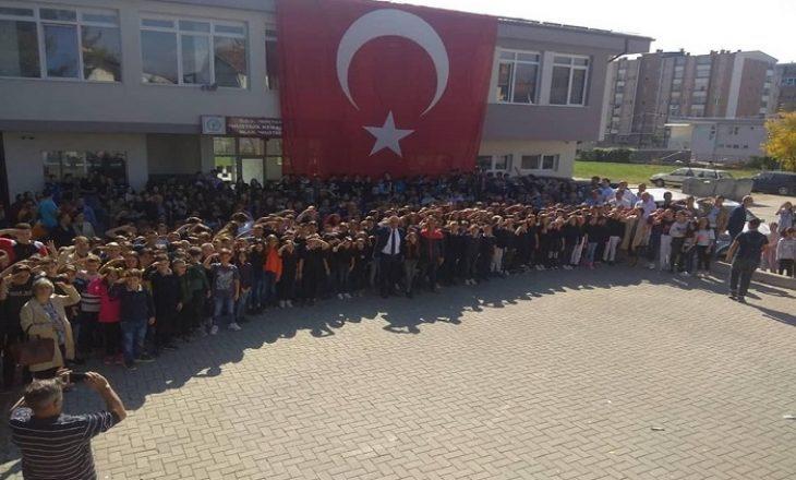 Skandaloze – Nxënësit e një shkolle në Gostivar e përkrahin Erdoganin me përshëndetje ushtarake