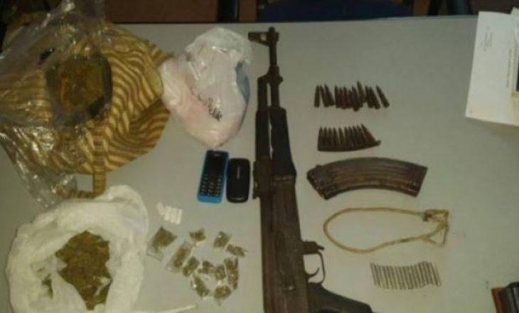 Kërkohej nga Gjykata, i gjenden armë dhe drogë në banesë