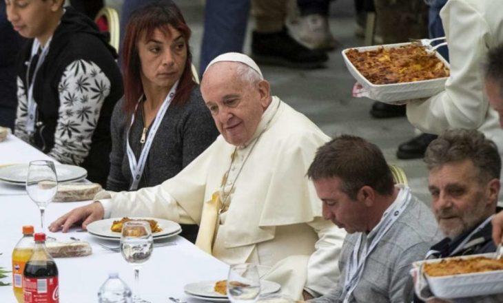 Papa shtron drekë për 1.500 të varfër, menuja pa mish derri
