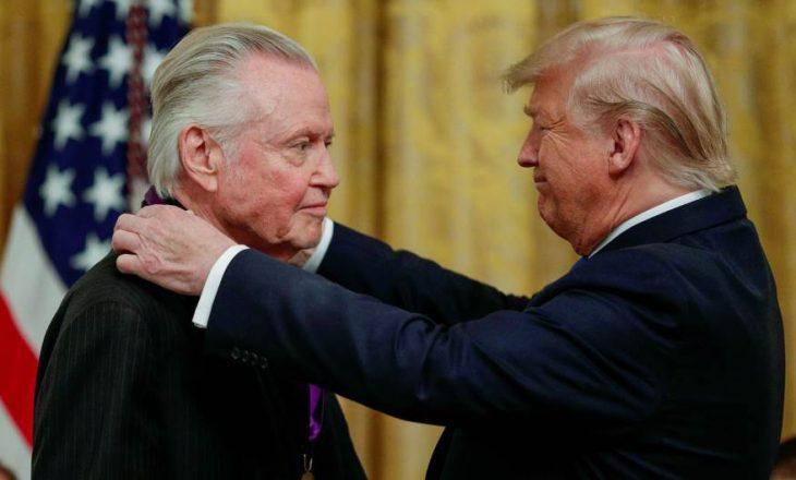 Trump e dekoron babanë e Angelina Jolie: Jon Voight është aktor i shkëlqyer