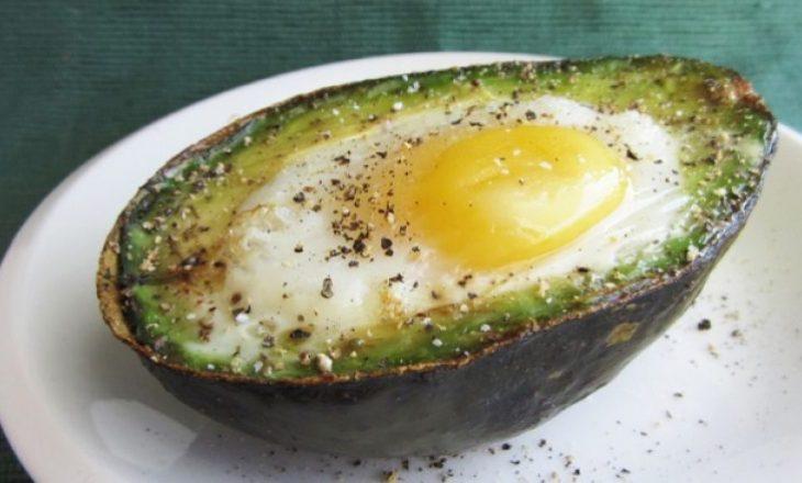 E shpejtë dhe e shijshme: Vezë e gatuar në avokado
