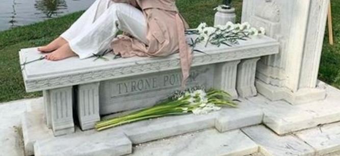 hipen-mbi-varrin-e-gjyshit-dhe-ben-foto-kritikohet-vajza-e-kengetarit-te-njohur