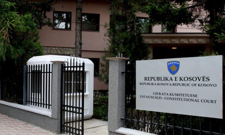 Kushtetuesja pezullon për tre muaj zbatimin e Ligjit për Zyrtarët Publik