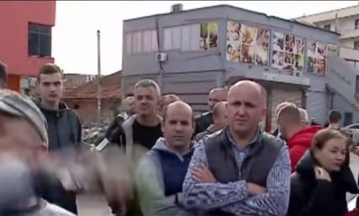 Incident me gazetarin – Banori ia merr mikrofonin dhe ia flak në rrugë