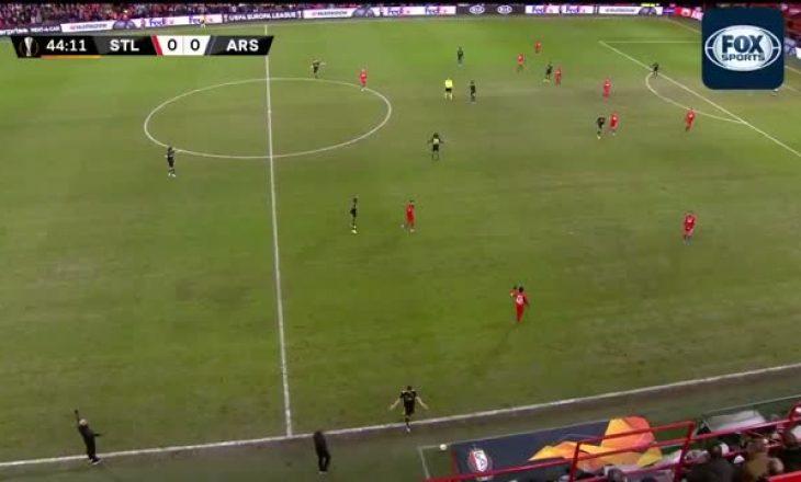 Futbollisti kap topin me dorë në mes të fushës