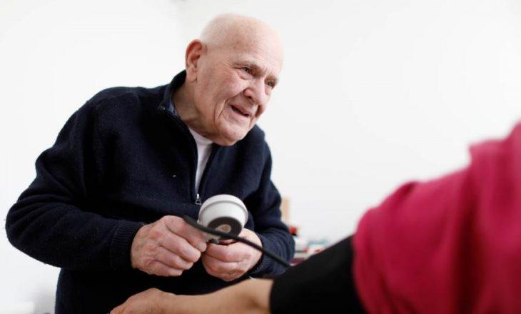 Mjeku 98 vjeç ende i shëron pacientët
