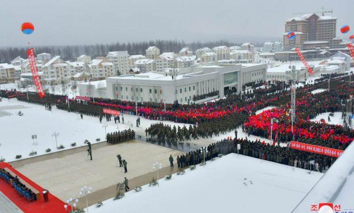 Kim Jong Un solemnisht hap një qytet të ri