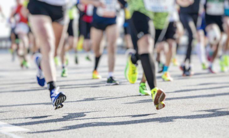 Çmendet vrapuesi, i godet të pasmet gazetares në transmetim live