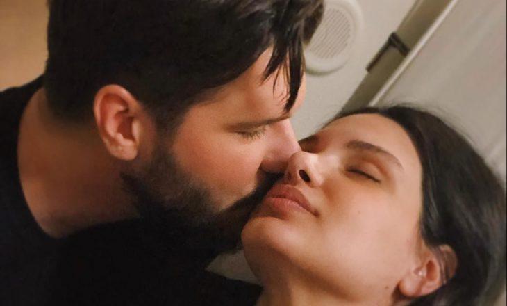 'Çënari' ia shpreh në shqip dashurinë bashkëshortes së tij, Almeda Abazit