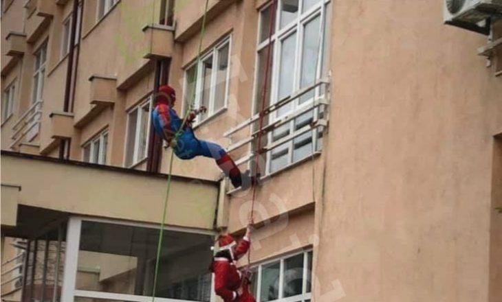 'Spider-man' dhe babadimri surprizojnë fëmijët e shtrirë në QKUK