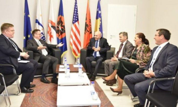 Ambasadori britanik, optimist për koalicionin VV-LDK pas takimit me Mustafën