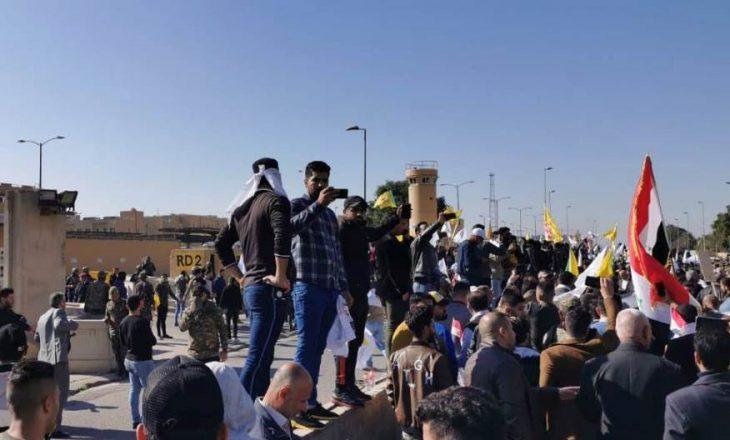 Pas goditjeve ajrore demonstruesit e sulmojnë ambasadën e SHBA në Bagdad