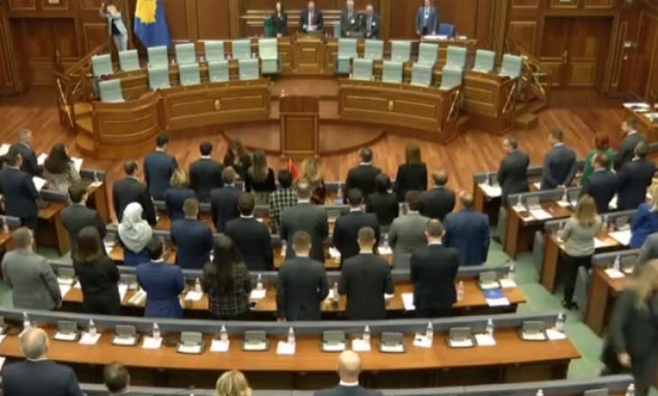PDK ua vendos flamujt kombëtarë VV-së gjatë betimit për t'ua kujtuar se i kanë harruar