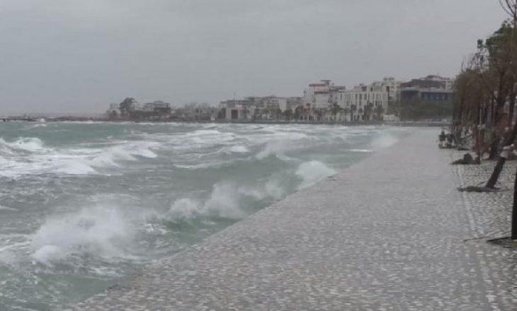 Moti i keq në Adriatik: Shtyhet lundrimi i tragetit Bari-Durrës