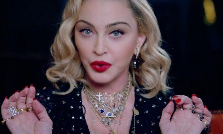Madonna fotografohet në ballkonin e një hoteli me të dashurin 34 vjet më të ri