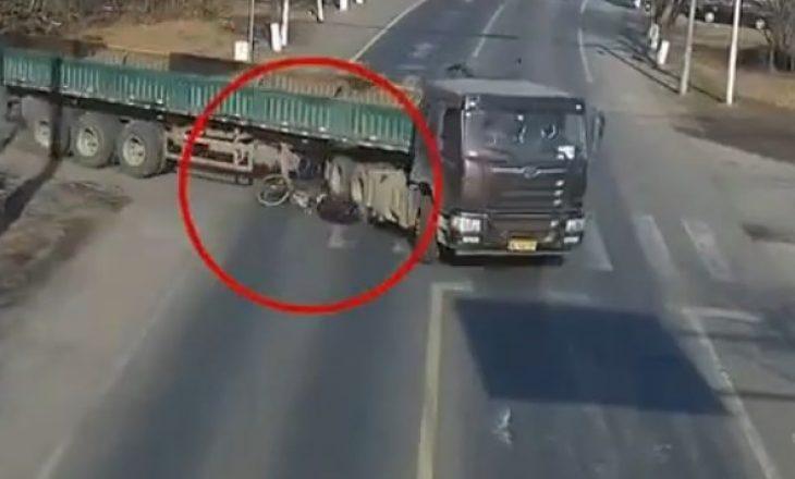E frikshme, momenti kur kamioni kalon mbi një person me biçikletë
