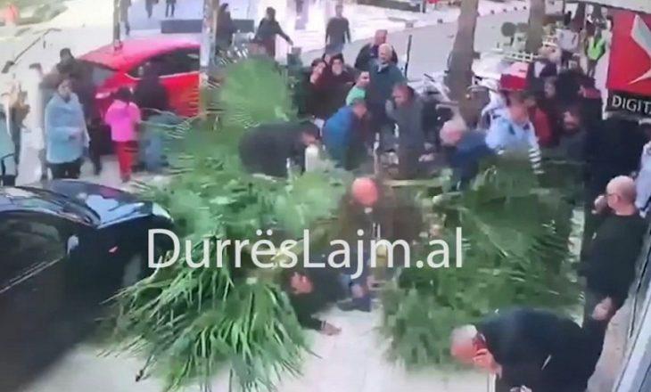 Pamje të rënda nga Durrësi, pema rrëzohet dhe zë poshtë kalimtarët