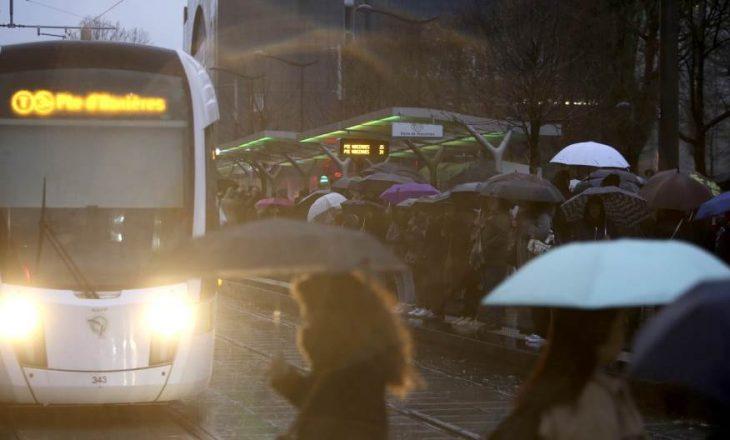 Paralizohet trafiku në Paris për shkak të protestave