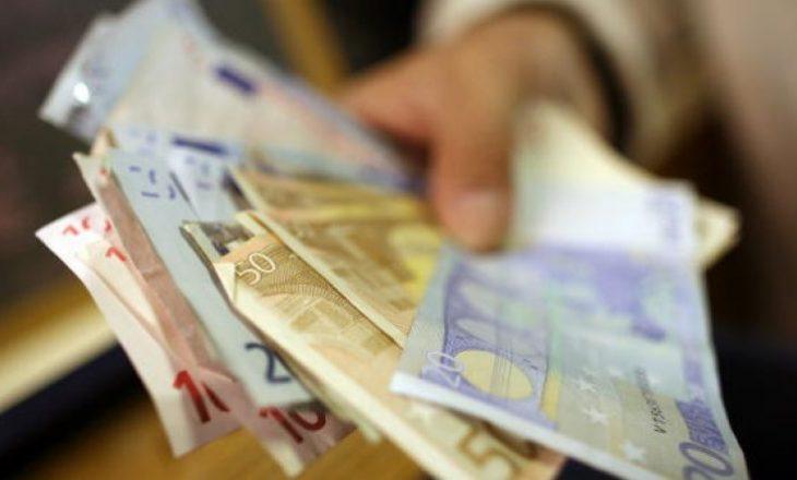 Zyrtarëve komunalë që u arrestuan në Ferizaj iu gjetën mbi 17 mijë euro