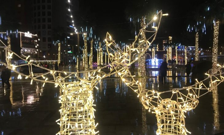 Durrësi ndez dritat e festës, gjallërohet atmosfera në qytet, festë edhe në lagjet e shkatërruara