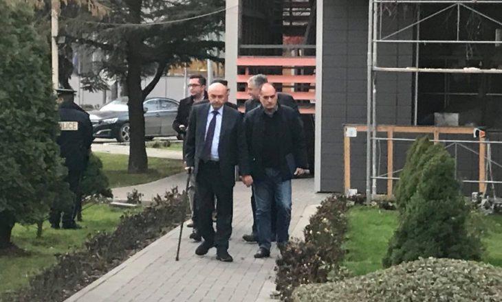 Mustafa mbërrin në Kuvend, pritet takimi me Kurtin