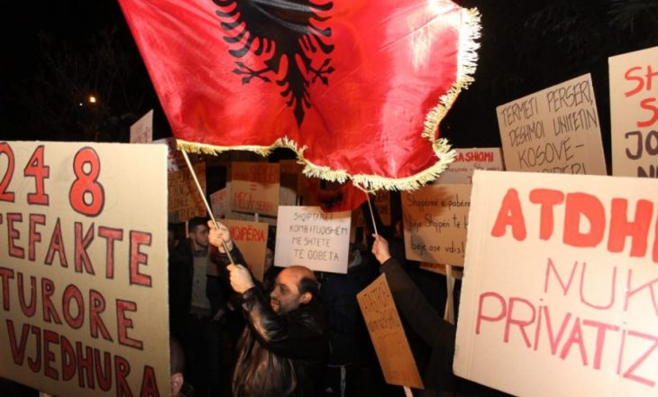 """Vuçiqi në Tiranë, VV proteston: """"Rama me Serbinë, Kosova me Shqipërinë"""""""