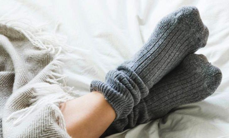 Arsyet pse duhet të flini me çorape