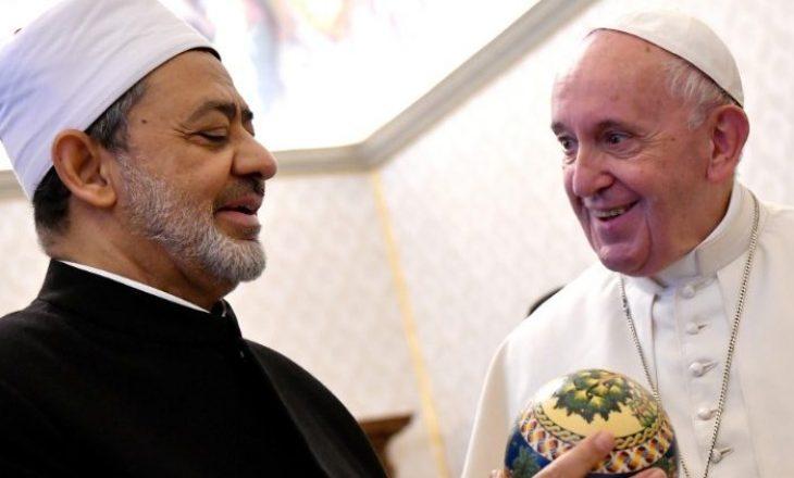 """""""Papa Françesku dhe Imami i Madh i al-Zharit duke u puthur"""" [FOTO]"""