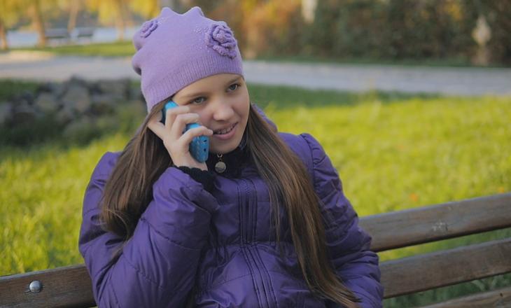 Zbuloni çfarë thotë ky studim për njerëzit që flasin shpesh në telefon me mamin