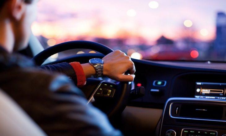 Të dëgjoni muzikë ndërsa vozitni – efektet anësore