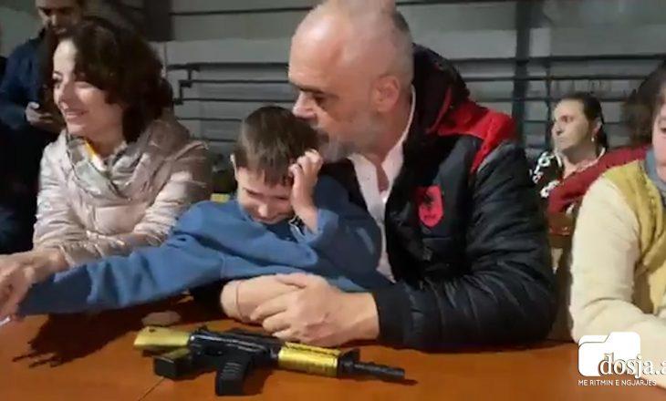"""""""Mos ma drejto mua automatikun"""" – Rama frikëson keq vogëlushin, e bën për të qarë dhe i kërkon falje"""