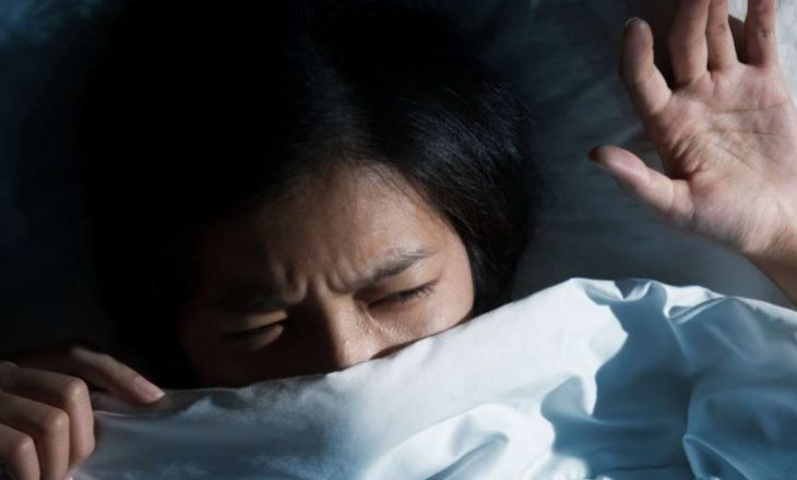 Si të flesh përsëri pasi zgjohesh në mes të natës nga ankthi?