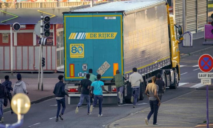 Arrestohet gjyshja britanike, kapet mat duke transportuar shqiptarët [Foto]