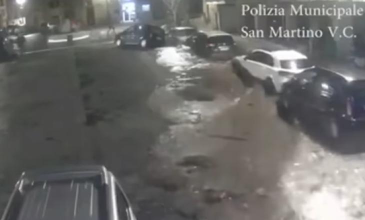 Pamje të frikshme- Si pasojë e shpërthimit të ujërave, çahet asfalti, merr veturat me vete
