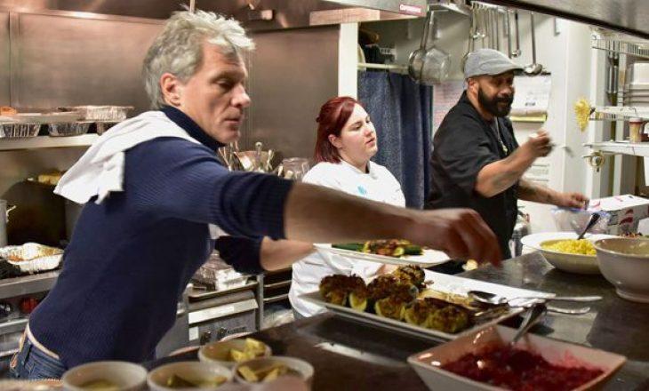Këngëtari hap restaurantin e tretë ku të pastrehët mund të ushqehen falas