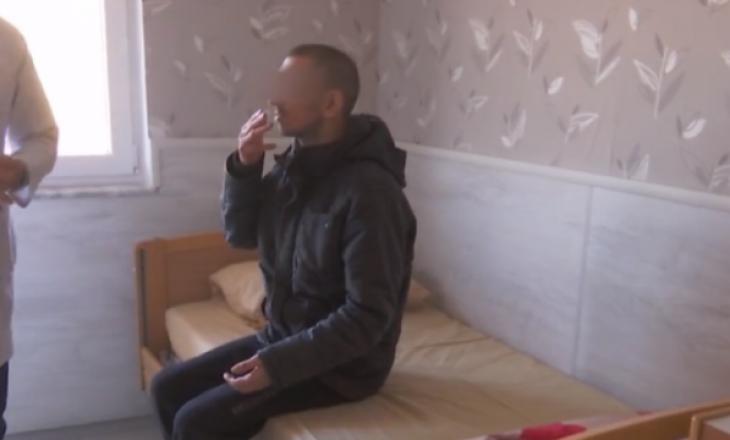 18 vite u mbajt i lidhur me zinxhir në shtëpi, shteti e merr nën kujdes 35 vjeçarin nga Kaçaniku