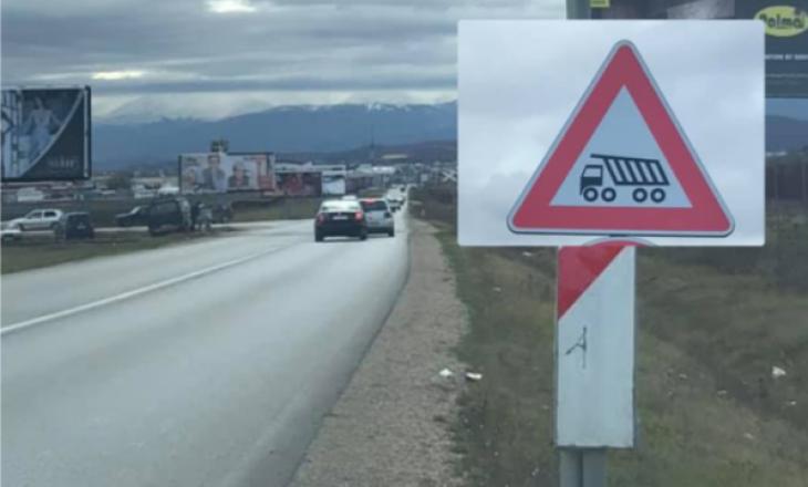 """Në një rrugë të Kosovës vendoset """"shenja më e re"""" e komunikacionit në botë"""