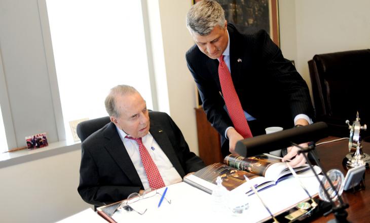Qeveria ndan 12 mijë euro për t'i ndërtuar shtatore senatorit Dole