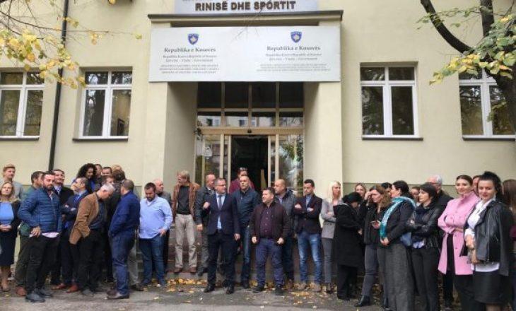 Punëtorët e MKRS: Ish- kabineti i ish- Ministrit të MKRS po përgatit dokumentacionin dhe inventarin për zhvendosje në objektin privat