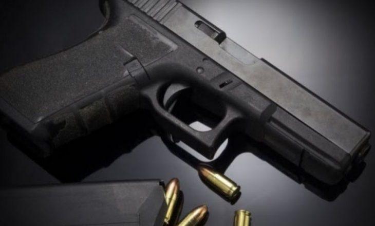 Vogëlushi dy vjeçar qëlloi veten për vdekje me revolen e të ëmës, duke menduar se është lodër me ujë