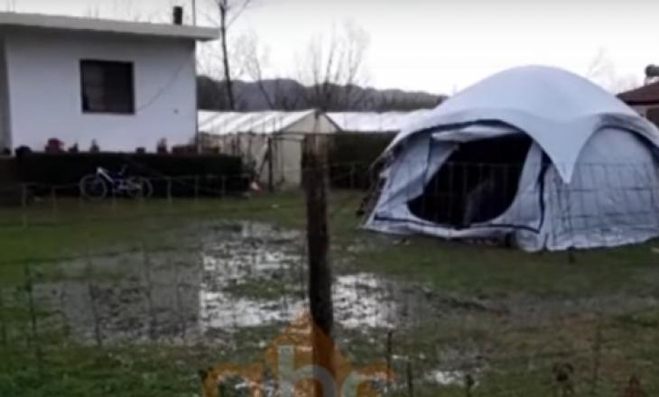 Shiu i gjen në çadër, apeli i nënës me fëmijë të sëmurë