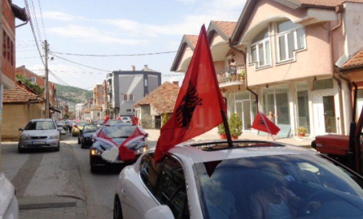Një serb nga Graqanica tenton t'i marrë flamurin një kolone dasmorësh